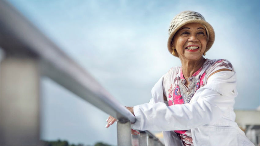 Dopo oltre 90 anni è ancora instancabile: Othella Dallas entusiasma il pubblico da decenni con la sua grande voce e la sua presenza scenica.   - Foto: othelladallas.ch