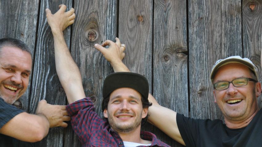 Stefan Frommelt (links) schafft es mit seinem Trio, aus komplexem Material eingängige, fliessende und zugängliche Musik zu entwickeln. Gewinnen Sie Tickets. - Foto: stefanfrommelt.li
